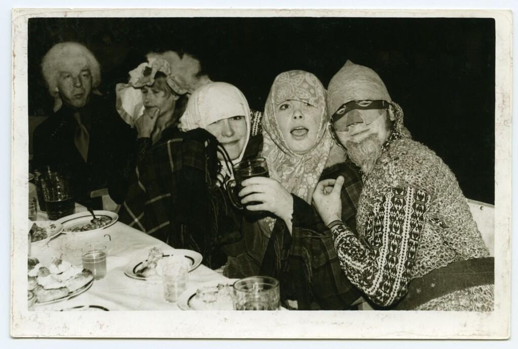 Plastmasstoodete katsetehase vastlakarneval 14. veebruaril 1976. aastal Tartus. Laual soolaoad, seajalad, vastlakuklid (ERA, Foto 12375, 1976)